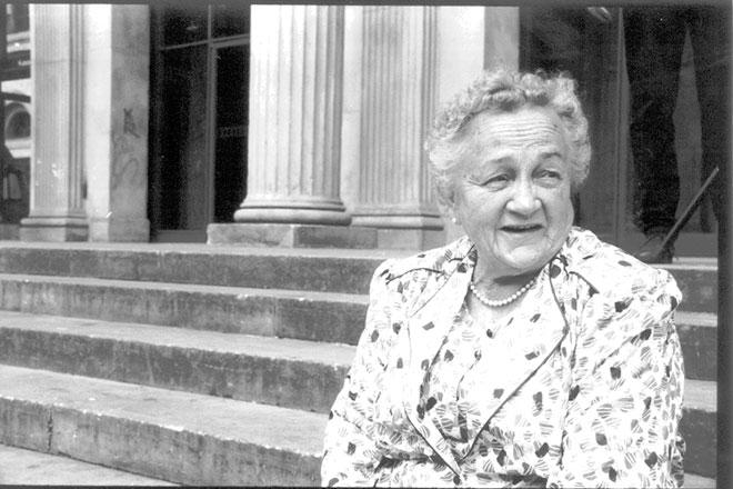Oma vor der Oper